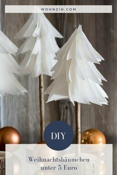 DIY: Minimalistische Weihnachtsdeko selber machen DIY: Make minimalistic Christmas decorations yourself Diy Paper, Paper Crafting, Christmas Time, Christmas Crafts, Christmas Paper, Natal Diy, Navidad Diy, Minimalist Christmas, Outdoor Christmas Decorations