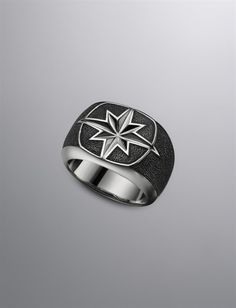 I know this is a man's ring, but its such a beautiful nautical design!