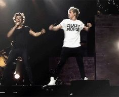This gif of Niall and Harry is perfect [gif]