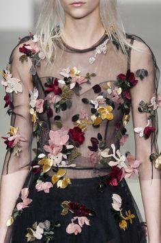 John Rocha - Fall 2014 Ready-to-Wear Floral Fashion, Look Fashion, Fashion Details, High Fashion, Fashion Design, Fashion Pics, Fashion Photo, Fashion Art, Fashion Outfits