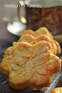Kruche ciasteczka z migdałami - delikatnie maślane, pięknie pachnące . Pycha. Najlepsze z upieczonych w tym roku. Przed pieczeniem trzeba koniecznie Baking Recipes, Cookie Recipes, Dessert Recipes, Unique Desserts, Delicious Desserts, Shortbread, Sweets Cake, Exotic Food, Homemade Cakes