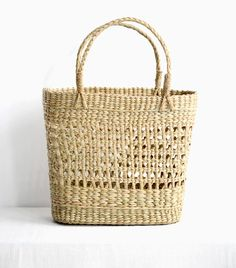 Need a new bag to add some style to your wardrobe this season ? This handmade basket is woven by skilled artisans in India. Bohemian Accessories, Accessories Shop, Basket Weaving Patterns, Sunday Kind Of Love, Basket Bag, Knitted Bags, Straw Bag, Wicker, Purses And Bags