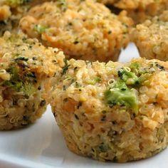 Muffins de QUINOA, BRÓCOLI y QUESO. Necesitas: (para 3 personas) 3/4 taza de quinoa cruda. 1 taza y media de agua (pueden reemplazar por caldo bajo en sodio). 2 huevos o 1 huevo y 3 claras. 2 tazas y media de brócoli hervido y picado. 1 cebolla chica. 1 taza y media de queso port salut light o verónica cuartirolo  light picado. Sal, pimienta y condimentos a gusto (paprika, ajo en polvo, etc). Procedimiento: Lavar la quinoa en un colador bajo un chorro de agua hasta q...