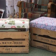 Cool old crate+nice fabric=pouf! Pallet Crates, Pallet Art, Wooden Crates, Recycled Furniture, Diy Furniture, Home And Deco, Decoration, Diy Home Decor, Diy And Crafts