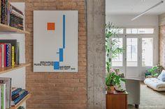 Apê antigo com novas histórias | Histórias de Casa | Histórias de Casa Interior Architecture, Interior Design, Brick And Wood, Exposed Brick Walls, Beautiful Homes, Gallery Wall, New Homes, Frame, Painting