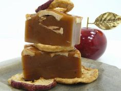 Awesome autumn wedding favor idea - apple caramels!  YUM! Keywords: #weddings #jevelweddingplanning Follow Us: www.jevelweddingplanning.com  www.facebook.com/jevelweddingplanning/