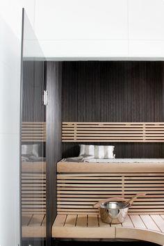 Musta sormipaneeli saunassa