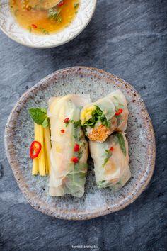 Spring rolls z pieczonym łososiem, rukolą, mango i warzywami Salmon Recipes, Asian Recipes, Healthy Recipes, I Love Food, Good Food, Yummy Food, Tasty, Onigirazu, Great Recipes