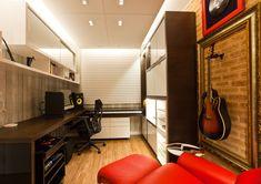 """Arquiteta cria um home studio para atender hobby do morador. Livros, discos e uma estrutura que atende perfeitamente o hábito de um jovem advogado que adora tocar seus instrumentos musicais nas horas vagas. Otimizar um espaço de escritório e que servisse de estúdio delinearam uma área chamada de Home Office. """"A ideia era projetar uma …"""
