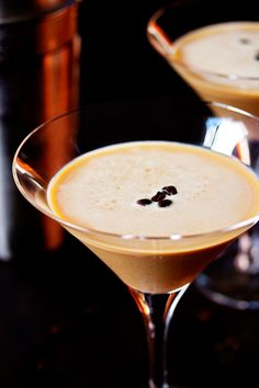This espresso martini recipe is smooth, richly bitter and slightly sweet. It's made with espresso vodka, baileys and a shot of strong espresso. The best pick-me-up cocktail you have ever had! Expresso Martini Recipe, Espresso Coffee, Coffee Coffee, Coffee Break, Morning Coffee, Vodka Martini, Martini Mix, Martinis, Acapulco