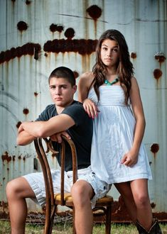 teenage brother and sister photos // Family photos Brother Sister Poses, Brother Sister Pictures, Brother Sister Photography, Sister Photos, Sibling Photography Poses, Sibling Photo Shoots, Teen Photography, Teenager Sibling Photography, Children Photography