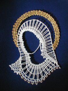 paličkovaná madona Irish Crochet, Crochet Lace, Madonna, Bobbin Lacemaking, Nail String Art, Bobbin Lace Patterns, Fillet Crochet, Lace Heart, Lace Jewelry