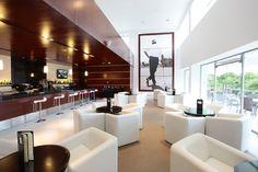 Dentro de la casa club a un costado de la tienda de Golf, se encuentra ubicado el Bar ofreciendo una gran cantidad de combinaciones hechas con frutas de la zona al gusto de los jugadores, para pasar un rato muy agradable de esparcimiento, antes del tee de salida ó al término de su ronda de 18 hoyos, en la terraza de nuestro Bar donde disfrutará de una vista espectacular del Campo de Golf. #GolfTulum #RivieraMaya #Bar