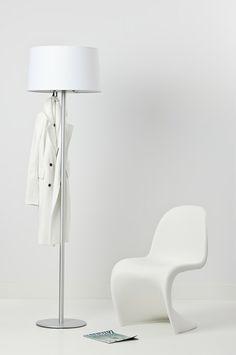 Een kapstok of een fraaie staande lamp, het kan beide met Coatlamp van Cascando. Ontworpen door Robert Bronwasser.