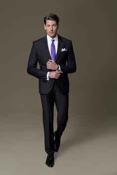 Ein klassisch schwarzer DOLZER Anzug nach Maß ist und bleibt ein Evergreen und sollte in jeder Garderobe zu finden sein. Dazu passt am besten ein ebenso zeitloses weißes Hemd.