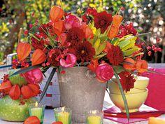 Herbst-Blumen: Finale in leuchtenden Tönen - herbststrauss-aus-dahlien-pfaffenhuetchen-und-beeren-800-6000