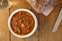 Deze goedgevulde maaltijdsoep zit boordevol groenten en linzen en maakt een volwaardig avondmaal.