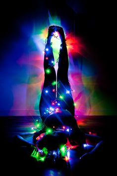 posing with christmas lights Fairy Light Photography, Christmas Photography, Creative Photography, Boudior Photography Ideas, Christmas Lights Photoshoot, Photoshoot Lights, Photoshoot Style, Pose Portrait, Light Shoot