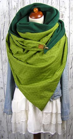 XXL triangular scarf with 2 different sides.- XXL triangular scarf with 2 different sides. One is a soft fleece in dark green, the other a beautiful cotton fabric printed with retro circles in shades of green. To close I have a … - Diy Sewing Projects, Sewing Tutorials, Cowl Scarf, Scarf Wrap, Cotton Fleece, Cotton Fabric, Sewing Scarves, Diy Clothes, Clothes For Women