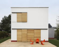 Maedebach & Redeleit Architekten Modern Shutters, Wood Shutters, Outside Shutters, Wendy House, Facade House, Door Design, Modern Minimalist, Sliding Doors, Bauhaus