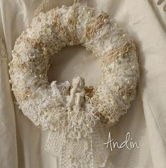 Andělíček na krajkovém obláčku Věnec je ze dvou vrstev krajek v barvách…