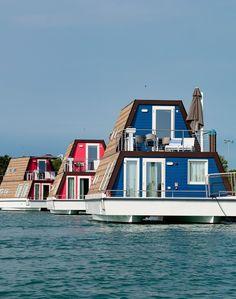 Itálie - Lignano, dovolená na vodě, Marina Azzurra Resort, ubytování na lodi, luxusní hausbóty. Parkoviště, bazén, klimatizace, plážový servis, TV a wifi.