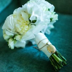 To commemorate her late grandparents on her wedding day, Alexandra wrapped her nana's gold locket around her bouquet, which was arranged by florist Cores Da Terra Eventos.