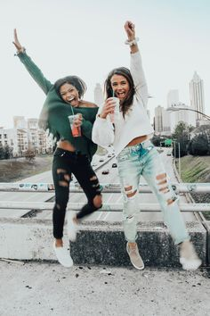 There's no one like your BFF! They will always have your back and get you through the good & the tough times. Here some cute phot ideas for that BFF goal! Bff Pics, Cute Friend Pictures, Cute Photos, Best Friends Shoot, Cute Friends, Friends Photo Shoot, Best Friend Fotos, Best Friend Pics, Summer Vibe