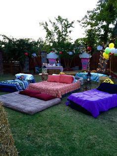 Outdoor movie night date night family night idea Fun Sleepover Ideas, Sleepover Party, Slumber Parties, Teen Parties, Sleepover Crafts, Backyard Movie Nights, Outdoor Movie Nights, Outdoor Movie Party, Outdoor Fun