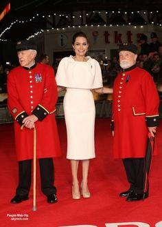 La belle Angelina Jolie pose avec Jack O Connell sur la couverture du  magazine