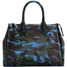 Coole #Handtasche mit# Muster in Blau, Schwarz und Dunkelgrün von #GUM. Das italienische Label begeistert mit seinen hochwertig verarbeiteten Kreationen, die vollständig aus Gummi gestaltet sind. Dieses Modell in leichter Trapez-Form lässt sich seitlich mit Hilfe von #Druckknöpfen in seiner Größe variieren und wird über einen #Reißverschluss geschlossen. Ein ausdrucksstarkes #Camouflage-Muster ist #Highlight des Designs. ♥ ab 119,00€ Camouflage, Handbags, Form, Designs, Fashion, Blue, Patterns, Black, Women's