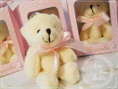Ursinhos lindos, fofinhos e cheirosos na caixinha personalizada e decorada com pérolas. Disponível nas cores azul, rosa, lilás e verde