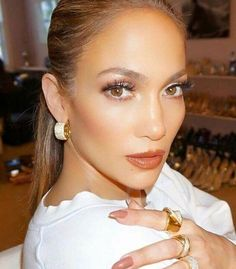 Get Ready for Jennifer Lopez's New Skin Care Line Jennifer Lopez Sans Maquillage, Maquillaje Jennifer Lopez, Jennifer Lopez Makeup, Jenifer Lopes, Jlo Makeup, Hair Makeup, Maquillage Jlo, Bridal Makeup, Wedding Makeup
