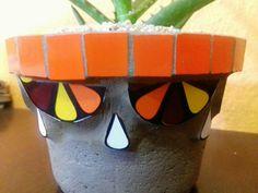 Vaso completamente artesanal de concreto enfeitado com mosaico.Produto super resistente. Perfeito para qualquer espécie de planta.