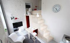 """Mlynářské schody vedou do """"ložnice a pracovny"""",  jídelní stůl je výsuvný."""