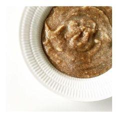 """Øllebrød: Ingredienser: 500 g mørkt rugbrød (uden skorper ca. 375 g) ¾ dl vand ½ – 1 hvidtøl 50 g Zero  Tilbehør: Spises varm med mælk på.  Fremgangsmåde: Skær skorperne af rugbrødet, og skær det i tern. Kom det i en skål og held vandet ved – lad det stå i blød natten over. Næste morgen koges massen op, og der tilsættes løbende hvidtøl indtil den ønskede konsistens opnås. Når det har en passende konsistens (små klumper), sigtes det gennem en si, og """"klumperne"""" røres ud i sien, så godt de nu…"""