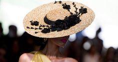 Las claves para lucir bien un tocado o una pamela Fascinator Hats, Fascinators, Headpieces, Royal Ascot Hats, Race Wear, Royal Clothing, Boater, Hat Hairstyles, Outfits With Hats