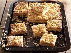 Karamelkondensmelk-stafies LEWER 28 BLOKKIES 250 g margarien of botter 125 ml (½ k) suiker 1 eier 750 ml. Baking Recipes, Cookie Recipes, Dessert Recipes, Baking Desserts, Kos, Sweet Tarts, How Sweet Eats, Sweet Recipes, Easy Recipes