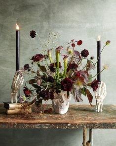 Floral skull and skeleton hands centerpiece Looking for a festive flower arrangement for your Halloween party? This elegant (and spooky! Halloween 2018, Spooky Halloween, Table Halloween, Halloween Flowers, Fete Halloween, Diy Halloween Decorations, Halloween House, Holidays Halloween, Halloween Crafts