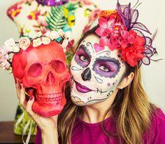 Ano passado tomei coragem e encarei o desafio de fazer uma maquiagem de caveira mexicana para o carnaval. Eu sempre fui apaixonada por caveiras (não à toa temos duas no cenário desse video!) e minha viagem dos sonhos atualmente é conhecer o Dia de Los Muertos no México, que acontece em Novembro. Parece exótico, hehehe, mas acho muito interessante como...