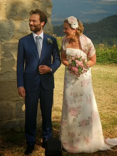 lovely couple in a country Tuscan Church - Свадьба в Тоскане