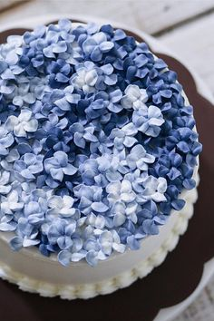 Hydrangea Cakes Are Our New Favorite Wedding Desserts Just imagine if your something blue was sweet to look at and edible, too.Just imagine if your something blue was sweet to look at and edible, too. Gorgeous Cakes, Pretty Cakes, Cute Cakes, Amazing Cakes, Cake Decorating Techniques, Cake Decorating Tips, Cookie Decorating, Buttercream Cake Decorating, Buttercream Flower Cake