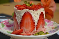 Bavarois fraises et biscuits roses de Reims Biscuits Roses, Pudding, Food, Candy Bars, Recipe, Kitchens, Flan, Puddings, Hoods
