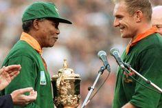 Mandela durante el Mundial de Rugby jugado en Sudáfrica, este evento inspiró una película protagonizada por Morgan Freeman. (AFP)