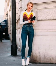Look combinando skinny jeans + bota branca
