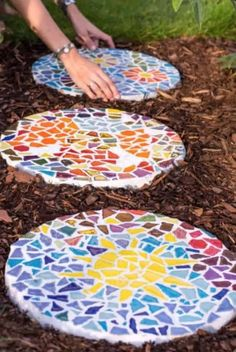 The 11 Best DIY Garden Stepping Stones Give a personalized look to your garden by creating beautiful walkways with stepping stones. We've hooked you up with The 11 Best DIY Garden Stepping Stones. Mosaic Stepping Stones, Stone Mosaic, Decorative Stepping Stones, Stepping Stones Kids, Landscape Stepping Stones, Homemade Stepping Stones, Mosaic Rocks, Mosaic Crafts, Mosaic Projects