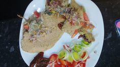 Omlet z warzywami. składniki: 5 białek z jajek, szklanka płatków górskich, por, papryka,pomidory koktajlowe, czosnek i kiełki rzeżuchy. Przygotowanie: białka z płatkami miksujemy blenderem, dodajemy warzywa i przyprawy do smaku. Smażymy na oleju 0 kalorii np. Pam. Dodatkiem do omleta mogą być pozostałe warzywa które wkładamy do omleta:por,papryka, suszony pomidor. Smacznego!