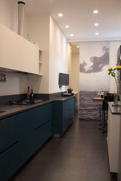 cucina con scorcio su lavanderia : Cucina moderna di Gaia Brunello | Photo&HomeStaging