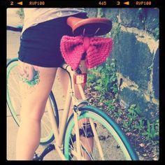 自転車を女の子らしいアイテムでカスタムするのもかわいいですね。  ニットのピンクのリボンかわいいね。