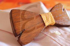 Papillon in legno di pero color noce con nodo in tessuto e tagli realizzati a mano